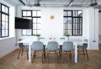 Envie de refaire la décoration de votre salle à manger, et les idées vous manquent ? Vous ne savez pas quel style de table, ni quels types de chaises choisir ? Il existe de nombreux paramètres à prendre en compte avant de vous lancer dans une décoration de la salle à manger. Voici, donc, quelques conseils et astuces pour réussir au mieux cette opération de déco qui peut vite virer au casse tête. Quels équipements choisir ? Le choix de la table et des chaises de la salle à manger est très important. Pour la table, il convient d'abord de prendre les mesures exactes de la pièce, afin de choisir une table ni trop grande, ni trop petite. En effet, les dimensions de la table est le premier critère à prendre en considération. Ensuite, vient le choix de la forme de la table, qui peut se présenter comme suit : Les tables à manger de forme ronde : elles conviennent plus aux petits espaces ; Les tables à manger de forme carrée : elles sont certes très élégantes, mais nécessitent un large espace ; Les tables à manger de forme ovale et rectangulaires : elles sont les plus classiques et conviennent à tous les espaces. Pour ce qui est des chaises, première règle c'est de les essayer avant de les acheter, et ce par soucis de confort. Ensuite, choisissez des couleurs qui vont venir nuancer la pièce. Par exemple pour un pièce aux tons blancs ou beiges, préférez des chaises de couleur rouge pour donner du caractère à la décoration. Quel éclairage pour la salle à manger ? L'éclairage de la salle à manger joue un rôle primordial, aussi bien en termes de fonctionnalité que d'esthétique. Une table mal éclairée est une grande erreur de décoration, il est, en effet, important de voir ce que l'on mange. La tendance actuellement est aux suspensions, le design de la pièce en sera transformé et sublimé. Cependant, il faut faire attention à ne pas choisir une suspension trop basse qui risquerait d'étouffer la pièce. Aussi, pour une ambiance chaleureuse, il est conseillé d'opter pour des applique